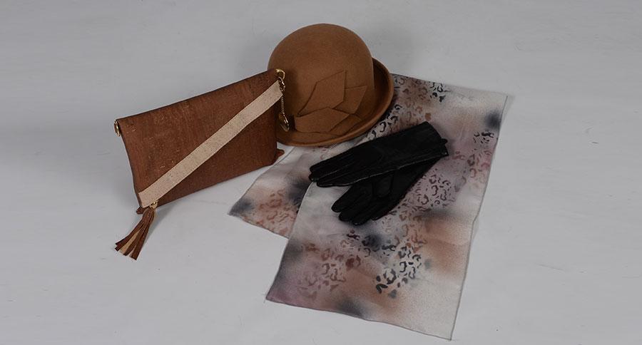 Sac à main liège, chapeau feutre, gant cuir, foulard peint main